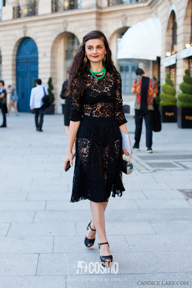 2.-lace-dress-with-emerald-green-necklace